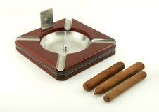 Portacenere del sigaro con i sigari e la taglierina Immagine Stock