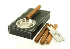 Portacenere del sigaro con i sigari e la taglierina Fotografia Stock Libera da Diritti