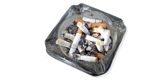 Portacenere e sigarette fuori confinate isolati su fondo bianco Fotografie Stock Libere da Diritti