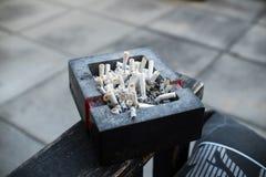 Portacenere in pieno delle sigarette Immagini Stock