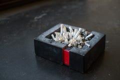 Portacenere in pieno delle sigarette Immagini Stock Libere da Diritti