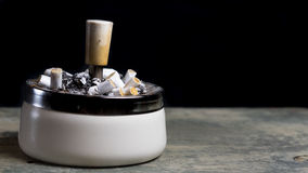 Portacenere in pieno delle sigarette Immagine Stock
