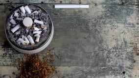 Portacenere in pieno delle sigarette Fotografie Stock