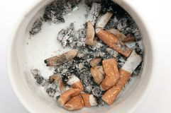 portacenere Portacenere pieno delle sigarette affumicate isolate su bianco Fotografia Stock