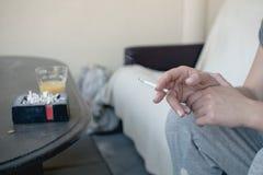Portacenere in pieno delle sigarette e del fumatore Fotografia Stock Libera da Diritti