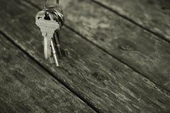 Portachiavi a anello con il tono di legno della tavola in bianco e nero Fotografia Stock Libera da Diritti