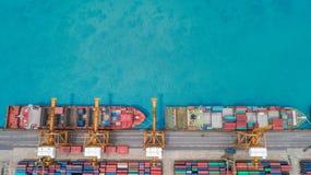 Portacontenedores de la visión aérea del puerto marítimo para el fondo del concepto de las importaciones/exportaciones o del tran foto de archivo libre de regalías