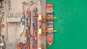 Portacontenedores de la visión aérea del puerto marítimo para el fondo del concepto de las importaciones/exportaciones o del tran foto de archivo