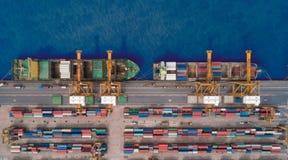 Portacontenedores de la visión aérea del puerto marítimo para el fondo del concepto de las importaciones/exportaciones o del tran imágenes de archivo libres de regalías