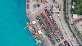 Portacontenedores de la visión aérea del puerto marítimo para el fondo del concepto de las importaciones/exportaciones o del tran imagen de archivo