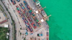 Portacontenedores de la visión aérea del puerto marítimo para el fondo del concepto de las importaciones/exportaciones o del tran imagenes de archivo