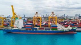 Portacontenedores del puerto marítimo para el fondo del concepto de las importaciones/exportaciones o del transporte foto de archivo