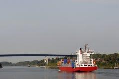 Portacontenedores en el canal de Kiel imagen de archivo