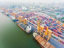Portacontenedores en el lo de las importaciones/exportaciones y del negocio gistic imágenes de archivo libres de regalías