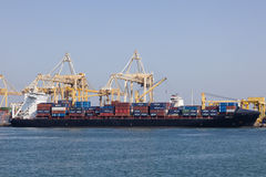 Portacontenedores en el puerto de Khor Fakkan, UAE Imágenes de archivo libres de regalías