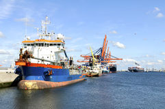Portacontenedores en el puerto de Rotterdam Imagen de archivo libre de regalías