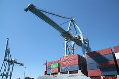 Portacontenedores en puerto Fotografía de archivo