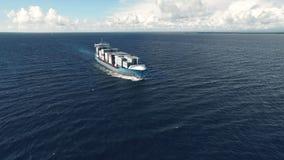 Portacontenedores enorme que flota en el mar metrajes