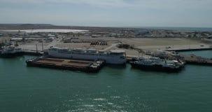 portacontenedores 4K - fijos en el puerto de Bautino Kazajistán en las orillas del mar Caspio Carga y descarga metrajes