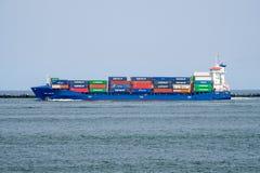 Portacontenedores navega hacia fuera al mar que sale del puerto de Rotterdam, Países Bajos fotografía de archivo