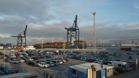 Portacontenedores que maniobra en lapso de tiempo de España del puerto de Cádiz almacen de video