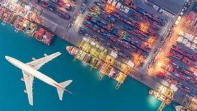 Portacontenedores y aviones del transporte en la exportación y la importación imagenes de archivo