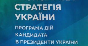 Portada del folleto de la elección Texto en la cubierta - nueva estrategia económica de Ucrania El programa de la acción del cand almacen de metraje de vídeo