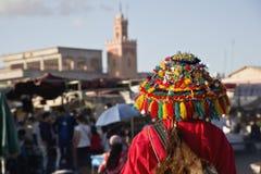 Portador colorido del agua en la plaza principal de Marrakesh Imágenes de archivo libres de regalías
