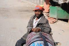 Portador de água na rua Hargeisa. Fotos de Stock