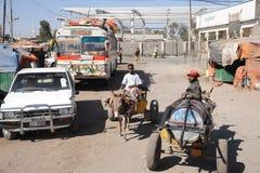 Portador de água na rua Hargeisa Foto de Stock