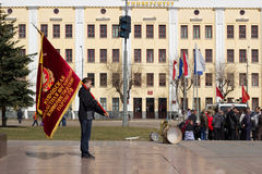 Portador de bandera de la organización regional de Partido Comunista Imagen de archivo