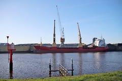 Portador de madeira na fábrica da madeira em Ouderkerk no HOL do rio foto de stock