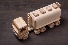 Portador de madera del gas del coche del juguete, visión superior Imágenes de archivo libres de regalías