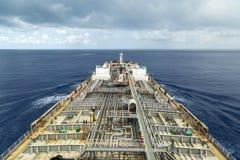 Portador del producto derivado del petróleo en curso en el mar debajo del cielo nublado foto de archivo libre de regalías