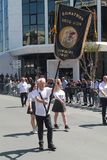 Portador estándar del veterano en desfile imagenes de archivo