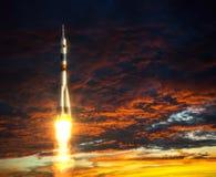 Portador Rocket On un fondo de nubes rojas Imagenes de archivo