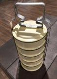 Portador tailandês do alimento com empilhamento de bacias Imagens de Stock Royalty Free