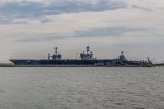 Portadores da marinha dos E.U. na jarda de Norfolk em Virgínia foto de stock
