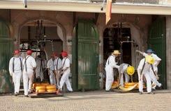 Portadores del queso en el pesaje de la casa, Alkmaar, Holanda Foto de archivo libre de regalías