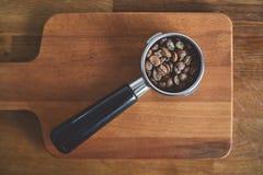 Portafilter με ολόκληρα τα φασόλια καφέ ειδικότητας Στοκ φωτογραφία με δικαίωμα ελεύθερης χρήσης