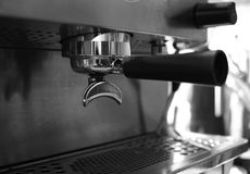 Portafilter στη μηχανή cappuccino Στοκ Φωτογραφίες