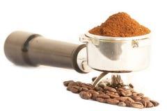 Portafilter кофе с кофейным зерном горизонтальным Стоковое фото RF