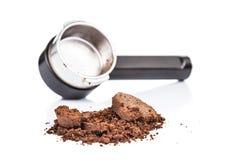Ξοδευμένοι ή χρησιμοποιημένοι λόγοι καφέ με το portafilter στο υπόβαθρο Στοκ Εικόνες