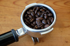 Portafilter avec des grains de café Images libres de droits