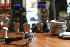 Portafilter con caffè macinato sul contatore di legno della barra immagine stock libera da diritti