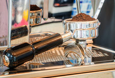 Portafilter do café enchido com o café finamente aterrado Fotos de Stock