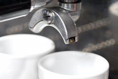 Portafilter a fixé dans la machine de café. Photo stock
