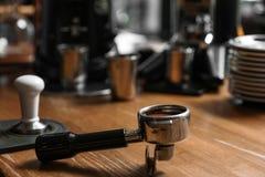 Portafilter met gemalen koffie op houten barteller royalty-vrije stock afbeelding