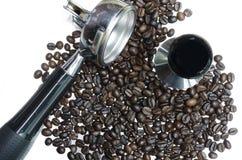 Portafiter e macchina del caffè di carattere con i chicchi di caffè Immagini Stock