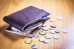 Portafoglio con soldi, la moneta, il telefono ed il passaporto Fotografia Stock